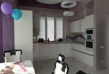Белая глянцевая кухня в дом №05