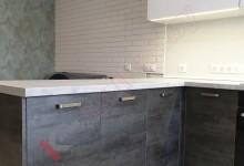 Кухня в дом в со столешницей в окно №01