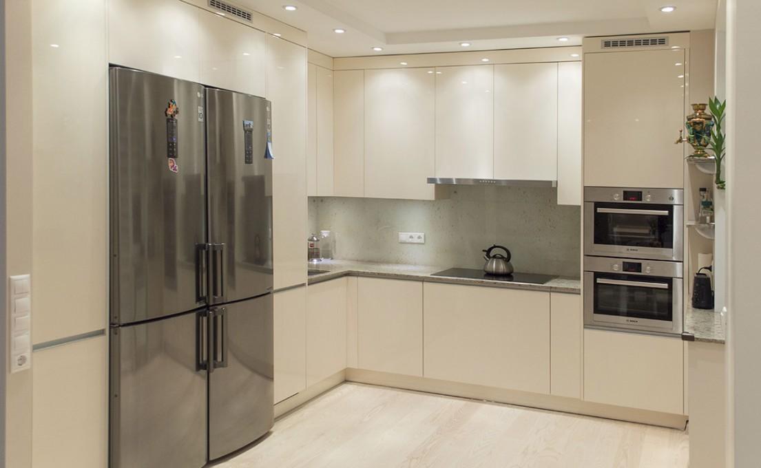 Кухня с антресолями под потолок