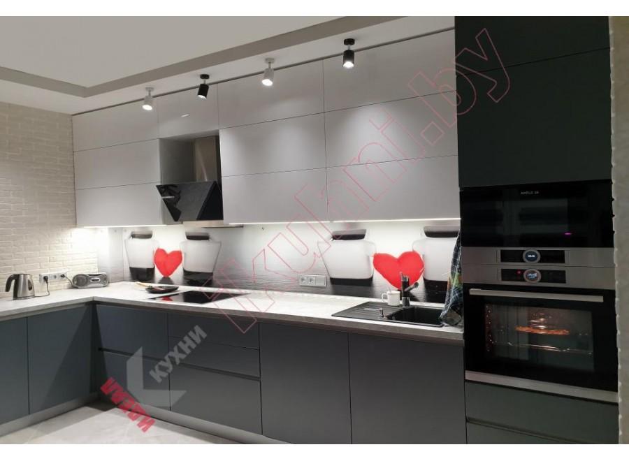 Угловая кухня с верхними шкафами под потолок №01